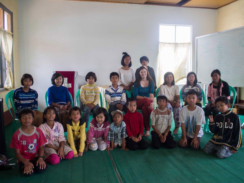 Carmen mit Waisenkindern und Betreuern