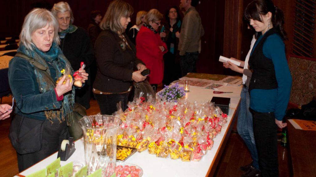 die von Martha Schreck zusammen mit Schülerinnen der Realschule Tettnang gebackenen Kekse fanden großen Anklang