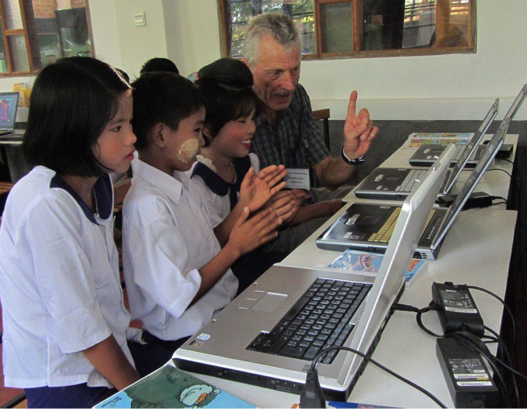 Herbert beim Unterricht im Computerraum