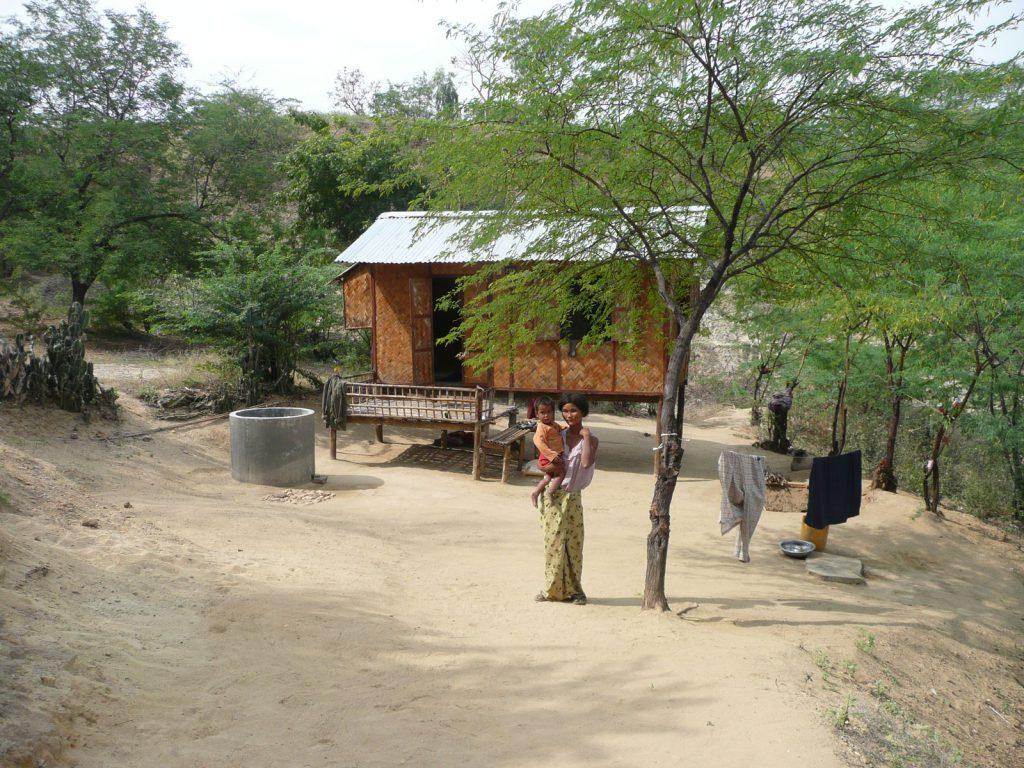 Eine der neu gebauten Hütten mit Wasserbehälter