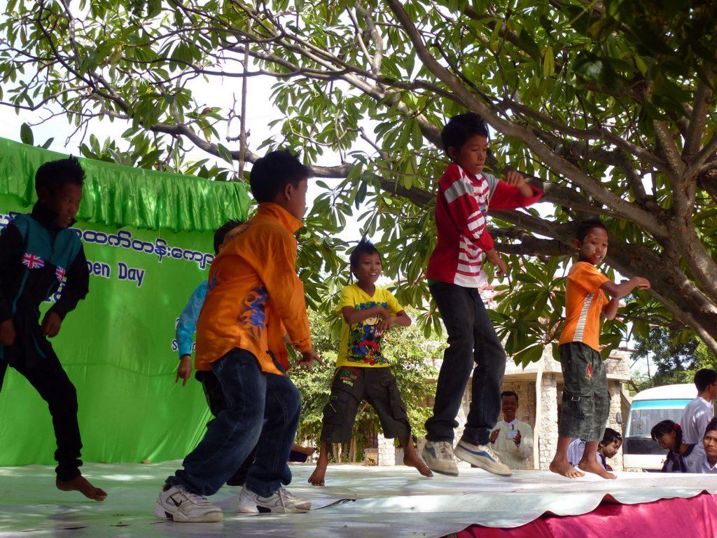 Die Mädchen und Jungen versuchen sich bei ihren Tanzvorführungen gegenseitig zu überbieten