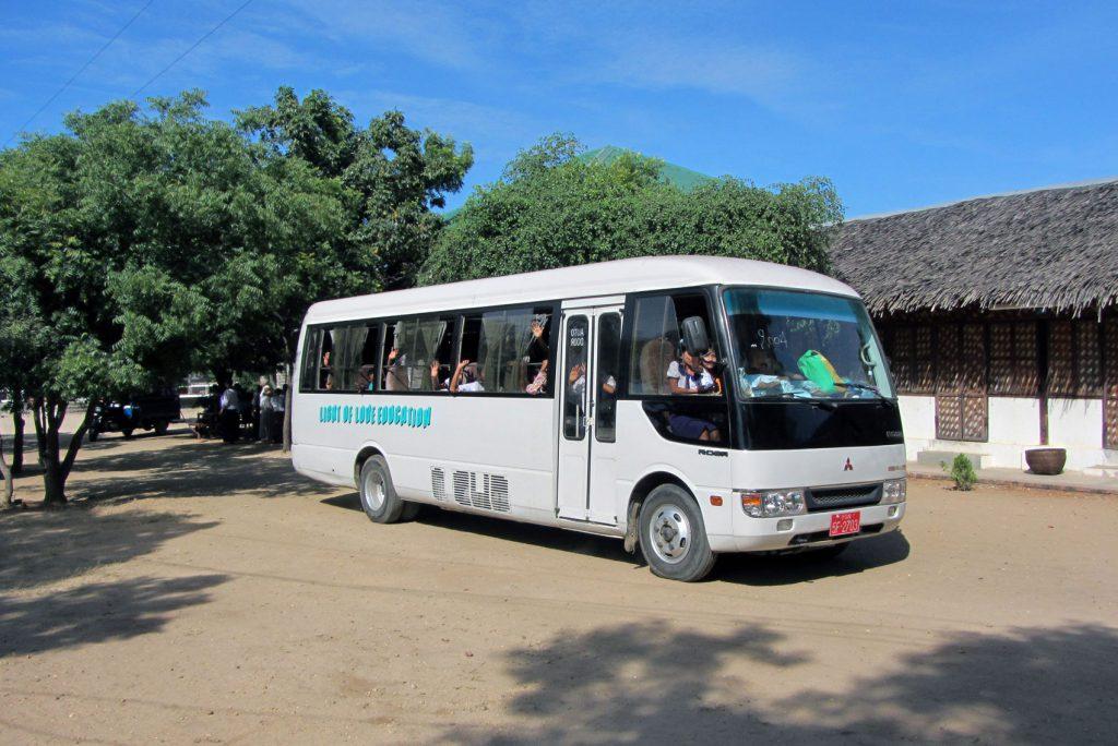 Eintreffen der beiden Schulbusse an der Schule