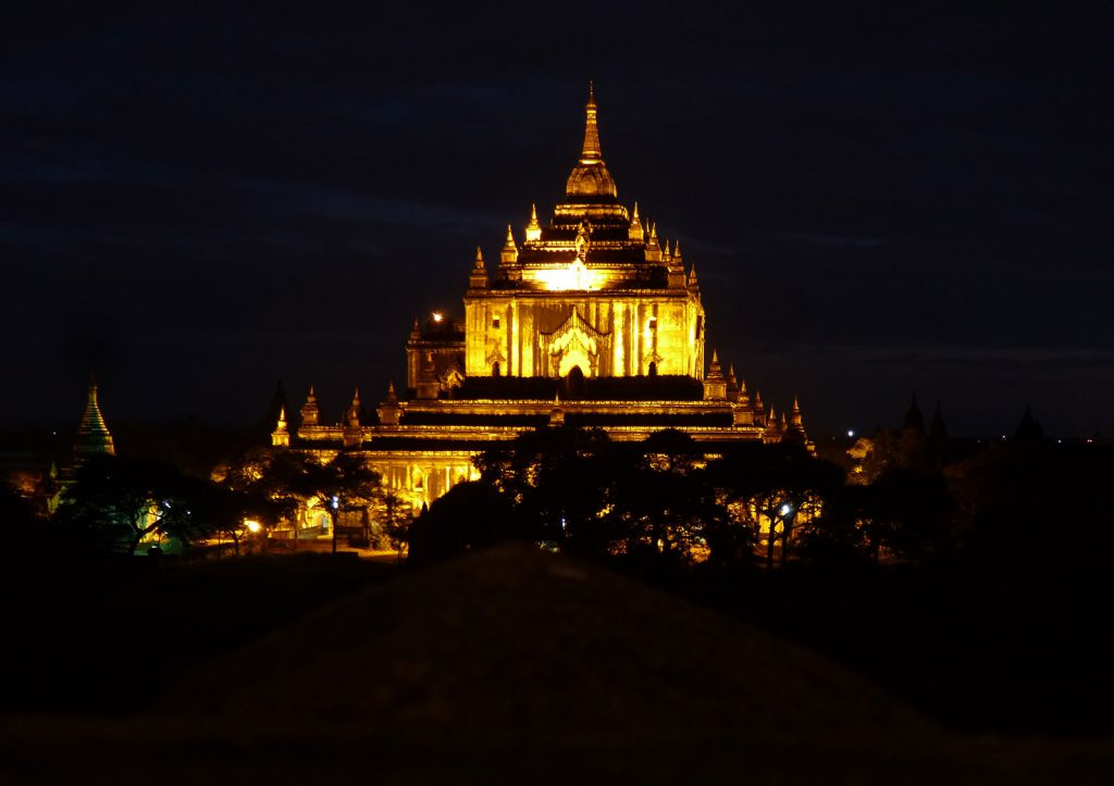 Der Ananda-Tempel bei Nacht