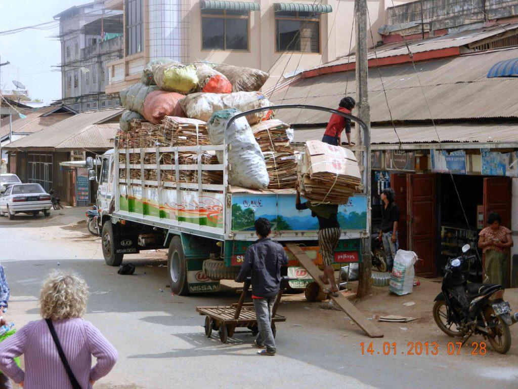 Solch alte Transportmittel gab es auf den Straßen Yangons nicht mehr zu sehen