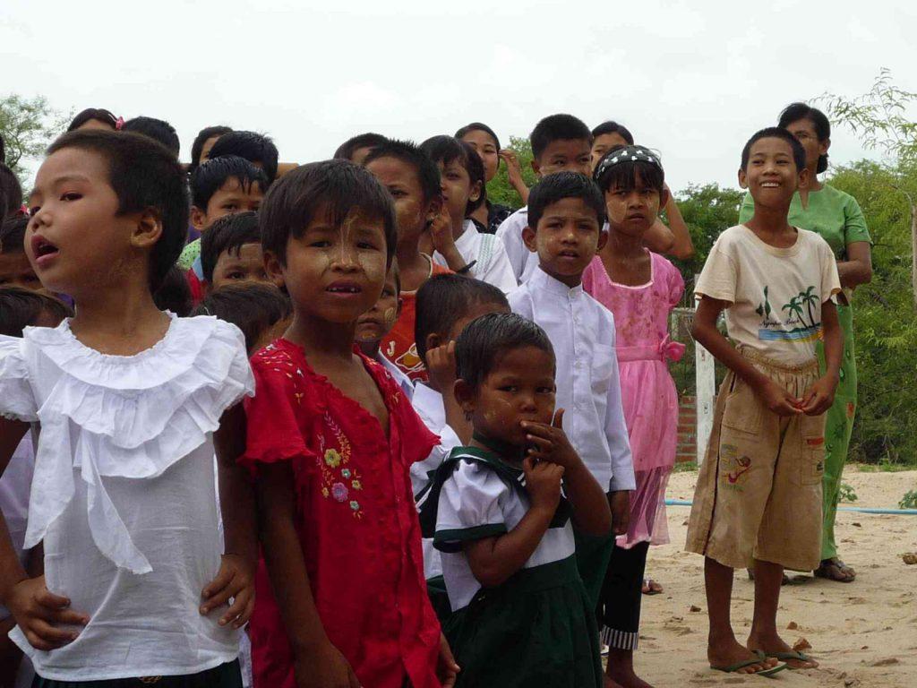 Die Feierlichkeiten begannen. Zunächst wurden die Lehrer, Betreuer und die Kinder durch die Klassenräume geführt, dabei wurden die Kinder ihren Lehrern vorgestellt