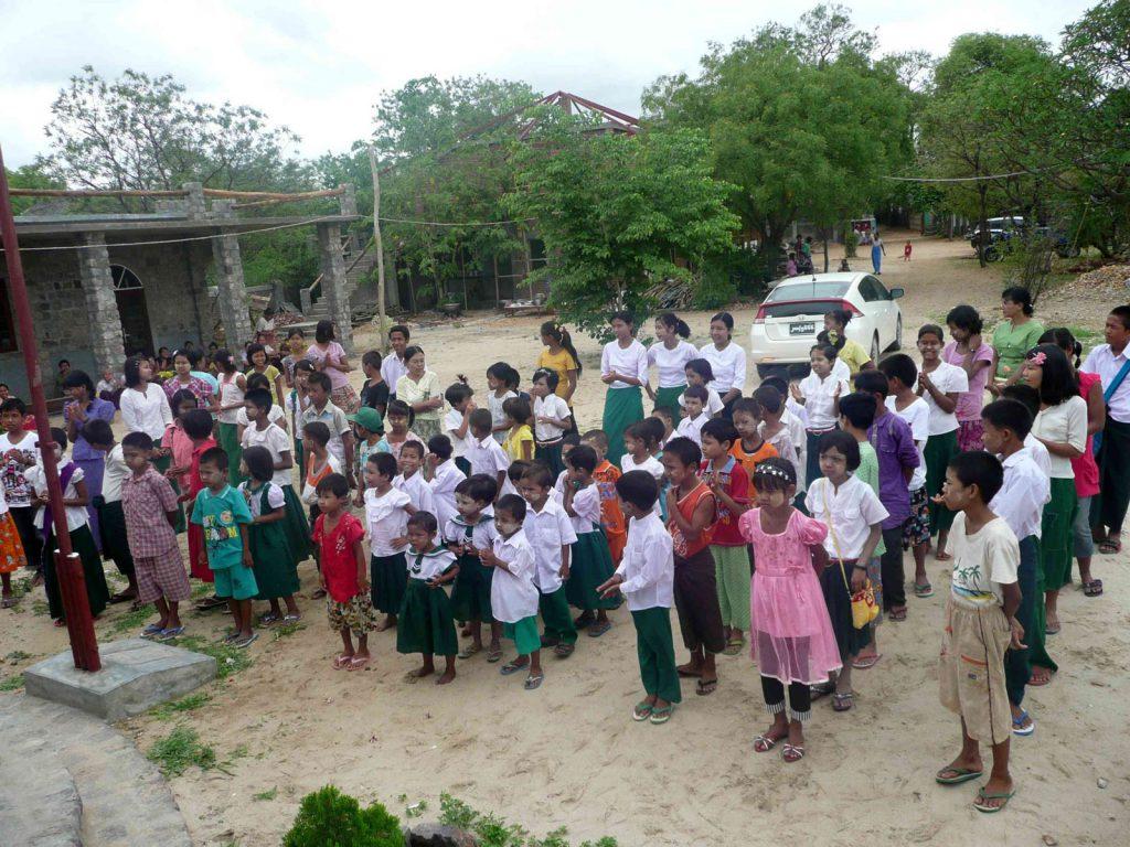 Danach versammelten sich die Kinder vor dem Schulgebäude
