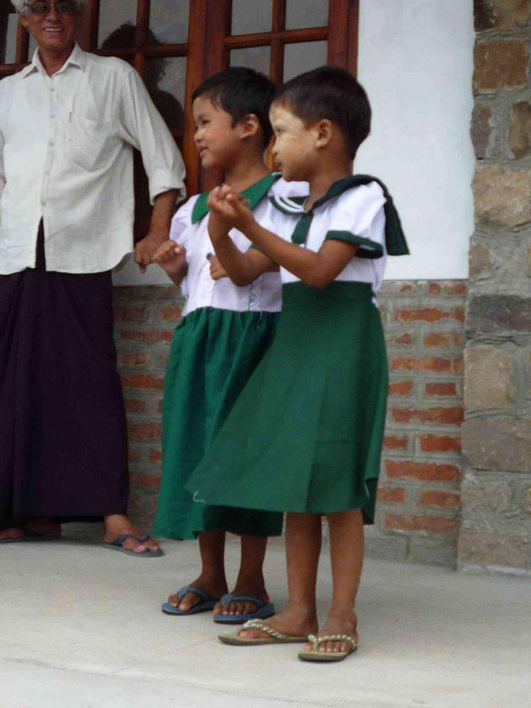 einige Kinder der Preschool eröffneten das Fest mir Gesang und Tanz