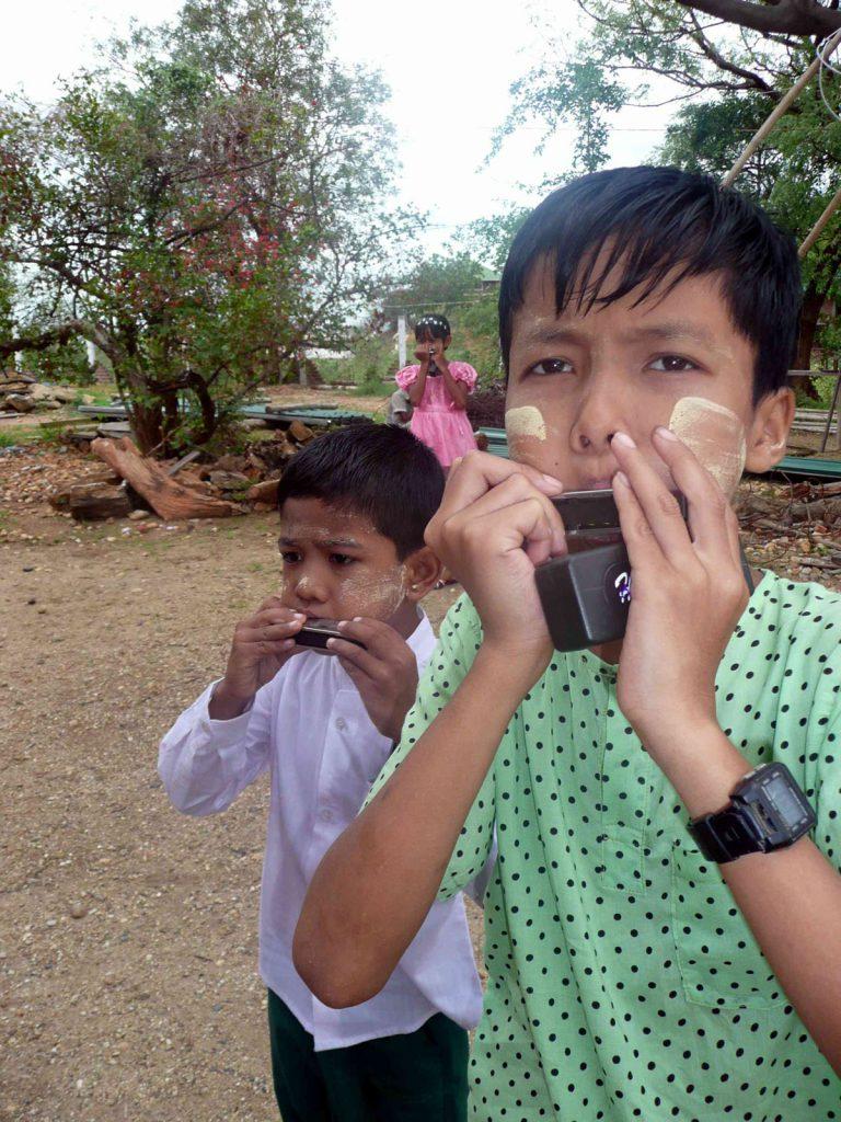 Sie waren so begeistert davon, dass bald im ganzen Schulhof und von den Bäumen der Klang ihrer Instrumente zu hören war
