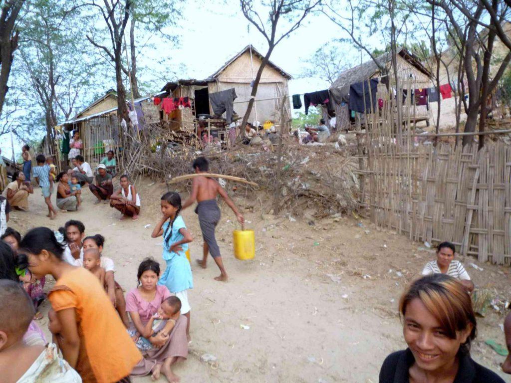 In diesem armen Dorf hat Eric einen Brunnen gebaut
