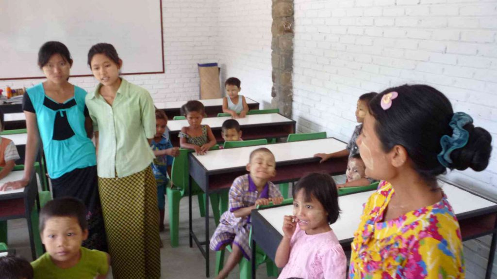 die Kinder werden von zwei Vorschul-Lehrern und einem Assistenten betreut