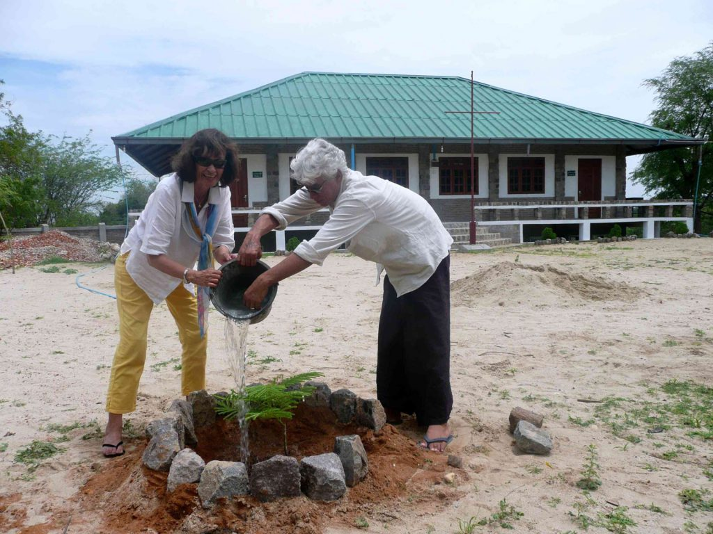 Im Namen unserer Sponsoren, Mitglieder und Freunde unseres Fördervereins haben Eric und ich zusammen einen Baum gepflanzt