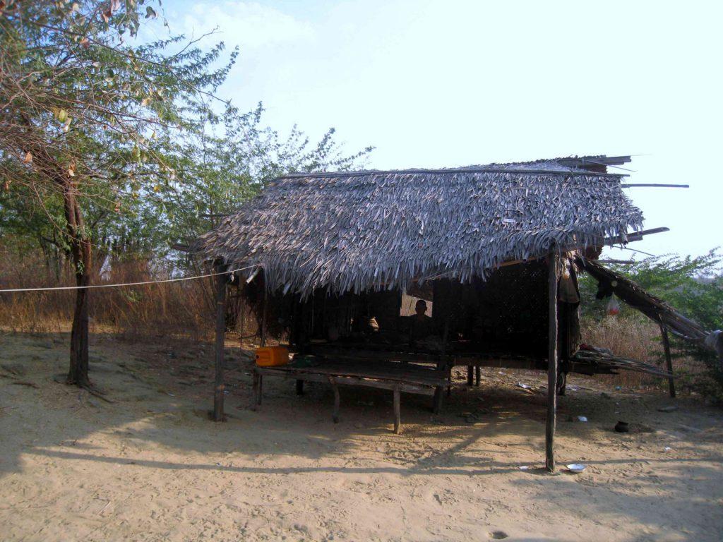 Die Renovierung und der Neubau von Hütten gehen zügig voran. Hier ein Beispiel einer alten Hütte ...