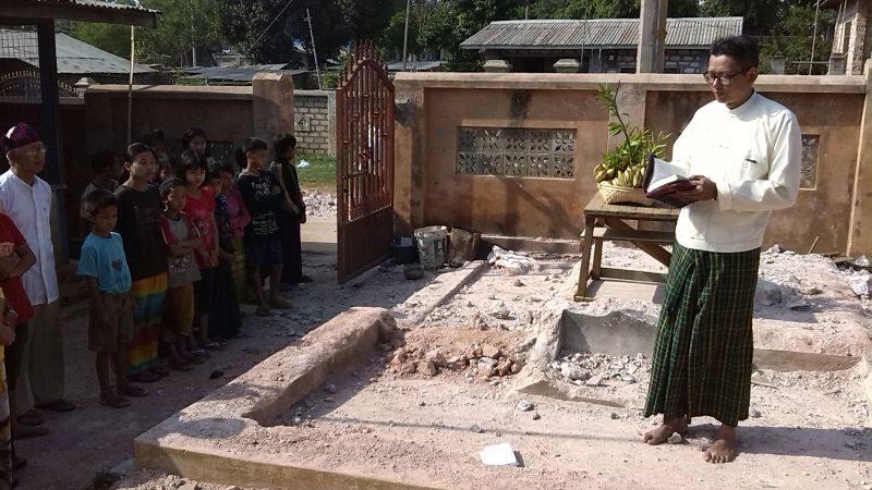 Segnung des Baubeginns des Sanitärgebäudes durch Pastor Ye