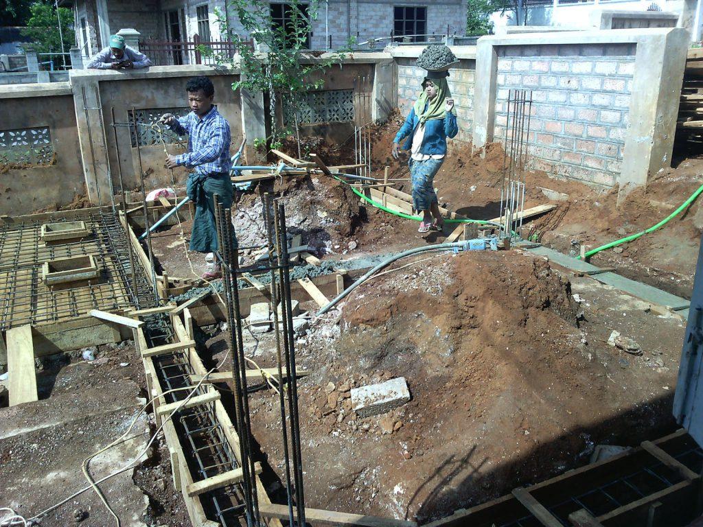 Einbau des Fäkalientanks im Fundamentbereich des Sanitärgebäudes