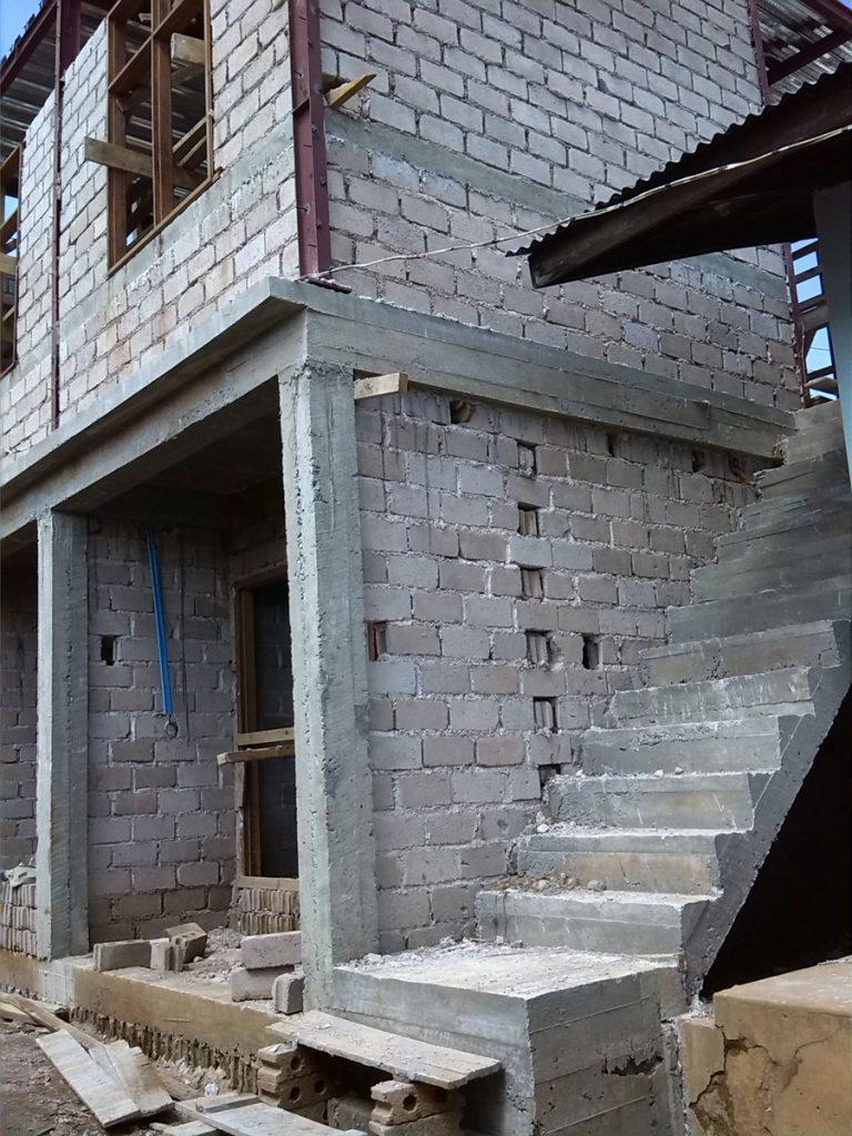 Ansicht des fast fertig gestellten Rohbaus des Sanitärgebäudes