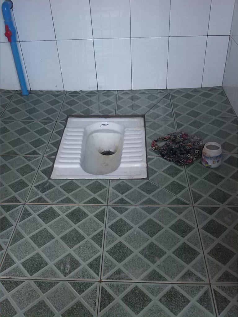 Erste fertiggestellte Toilette in landesüblicher Ausführung
