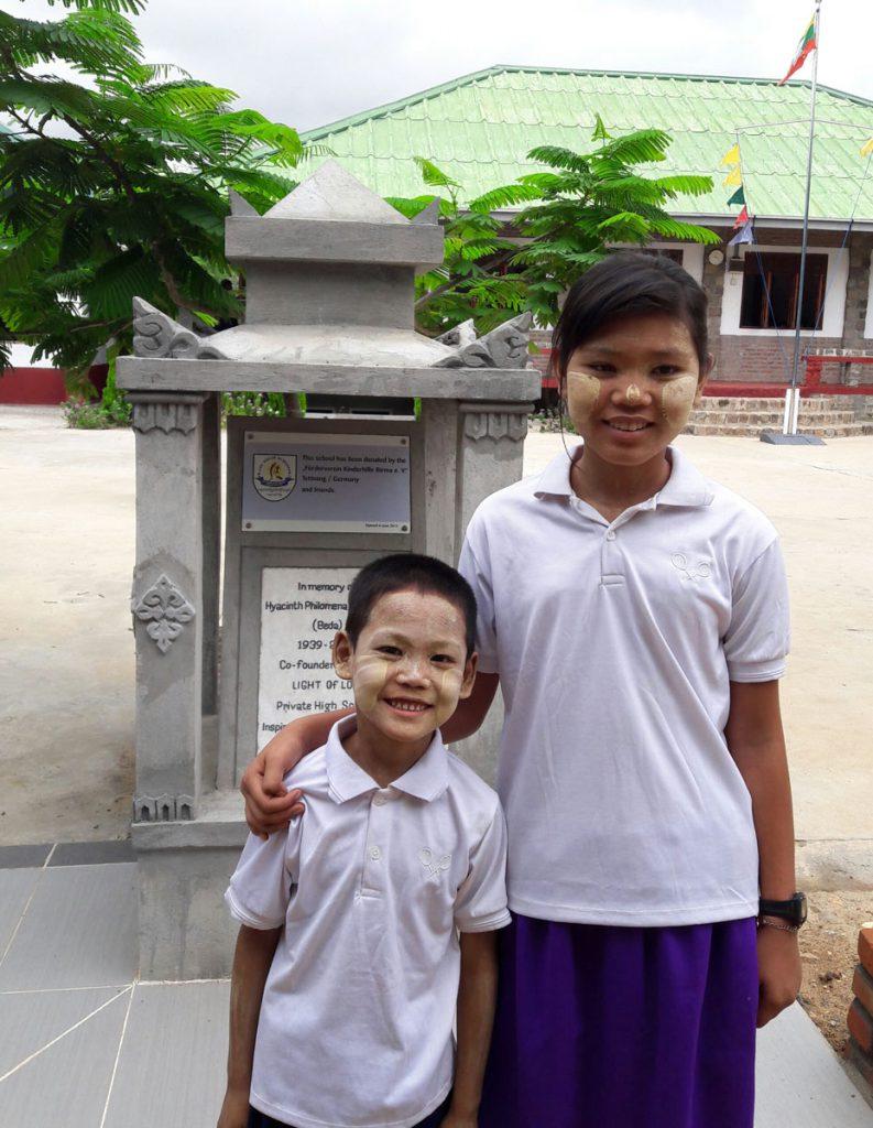 Gesamtansicht der Gedenkstätte für Beda Elsässer auf dem Schulgelände