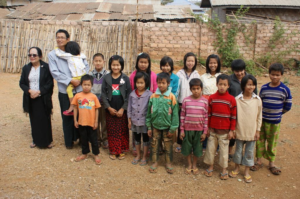 hier sind 14 Waisenkinder im Alter von 8-15 Jahren untergebracht