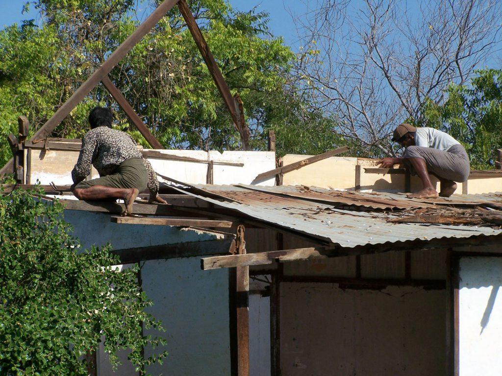 ein Nebengebäude wird abgerissen