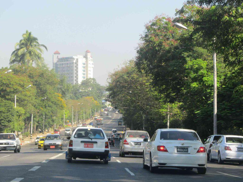 Auf den Straßen von Yangon sieht man überwiegend neue Autos