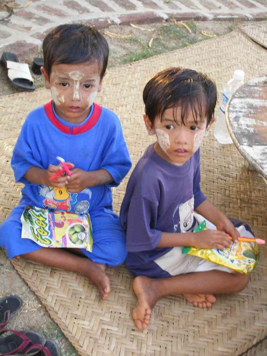 Mi Mi San (links) mit Ihrem Zwillingsbruder im Jahr 2006