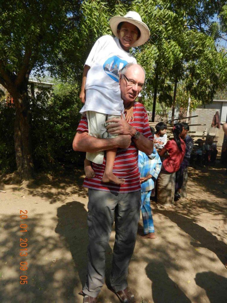 Mg Khaing Chin ist müde und lässt sich von John tragen